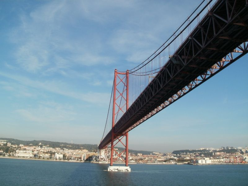 Sailing under the Ponte 25 de Abril bridge