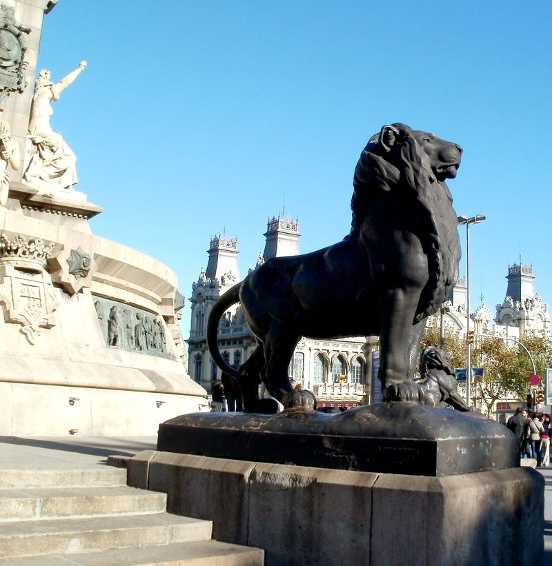 Lions guard the Columbus plaza